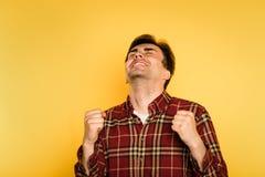 Homme avec plaisir enthousiaste célébrant l'émotion de succès image libre de droits