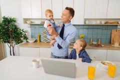 Homme avec plaisir heureux se tenant dans la cuisine avec sa fille Photo libre de droits