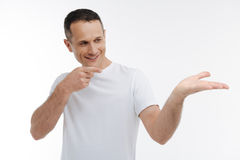 Homme avec plaisir regardant sa main photo stock