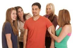 Homme avec quatre femmes autour de lui photos libres de droits