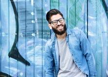 Homme avec rire de barbe et en verre Photos stock