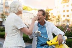 Homme avec rire de crème glacée  Image libre de droits