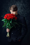 Homme avec roses rouges Photos stock