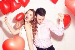 Homme avec sa belle danse de fille d'amoureux et avoir l'amusement au Saint Valentin de l'amant Valentine Couple Couplez très heu images stock