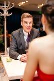 Homme avec sa femme d'amour au restaurant Photographie stock libre de droits
