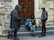 Homme avec ses amis jouant la guitare Photos stock