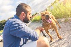 Homme avec son chien au parc Image stock