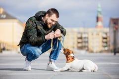 Homme avec son chien, Jack Russell Terrier, sur la rue de ville photos stock