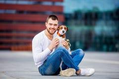 Homme avec son chien, Jack Russell Terrier, sur la rue de ville photographie stock