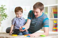 Homme avec son jeu de fils d'enfant ensemble photographie stock libre de droits