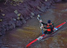 Homme avec son kayak sur une rivière dans Lier photographie stock libre de droits