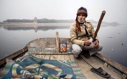 Homme avec Taj Mahal Palace sur le fond Image stock