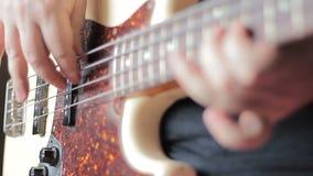 Homme avec Tatoo jouant la guitare basse banque de vidéos