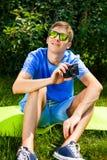 Homme avec un appareil-photo photographie stock