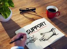 Homme avec un bloc-notes et des concepts de soutien Photo stock