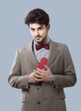 Homme avec un boîte-cadeau Image stock