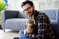 Homme avec un chat Photo stock