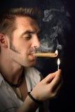 Homme avec un cigare Image libre de droits