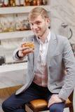 Homme avec un cocktail dans la barre Photos libres de droits