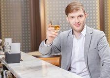 Homme avec un cocktail dans la barre Image stock