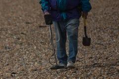 Homme avec un détecteur de métaux  Photos libres de droits