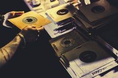Homme avec un disque de 45 t/mn dans sa main photo stock