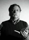 Homme avec un livre Image stock