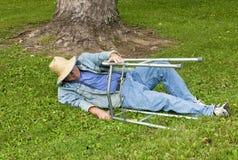 Homme avec un marcheur tombant vers le bas en stationnement Photographie stock libre de droits