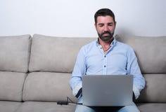 Homme avec un ordinateur image stock