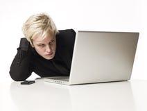 Homme avec un ordinateur photographie stock