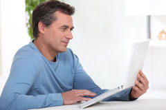 Homme avec un ordinateur portatif Photo stock
