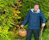 Homme avec un panier des champignons Photo libre de droits