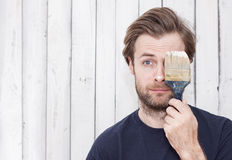 Homme avec un pinceau - rénovation, murs de peinture Photos libres de droits