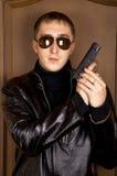 Homme avec un pistolet Photographie stock