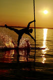 Homme avec un poteau dans l'eau Images stock