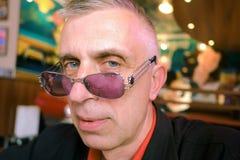 Homme avec un regard fixe latéral Image libre de droits