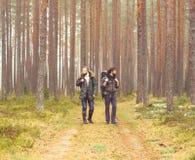 Homme avec un sac à dos et une barbe et son ami dans la forêt Photos libres de droits