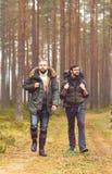 Homme avec un sac à dos et une barbe et son ami dans la forêt Photographie stock