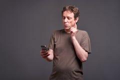 Homme avec un smartphone Photographie stock libre de droits