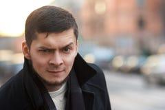 Homme avec un sourcil augmenté Photographie stock libre de droits