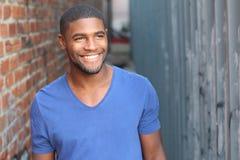 Homme avec un sourire blanc parfait regardant loin photographie stock libre de droits
