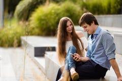 Homme avec un téléphone portable ignorant son amie Photo libre de droits