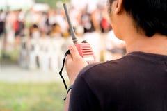Homme avec un talkie-walkie pour la communication Image libre de droits