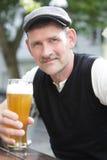 Homme avec un verre de bière Image libre de droits
