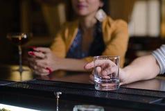Homme avec un verre vide à la barre Image stock