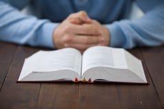 Homme avec une bible image libre de droits