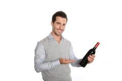 Homme avec une bonne bouteille de vin dans des mains Photographie stock libre de droits