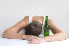 Homme avec une bouteille Image stock