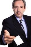Homme avec une carte de visite professionnelle de visite Images stock