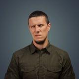 Homme avec une expression de dégoût photographie stock libre de droits